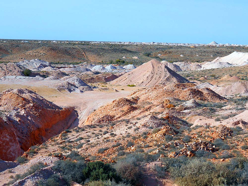 Looking out from the edge of Hans Peak Opalfield to Greek Gully Opalfield.  Dusty desert country, but there's opal here :-)